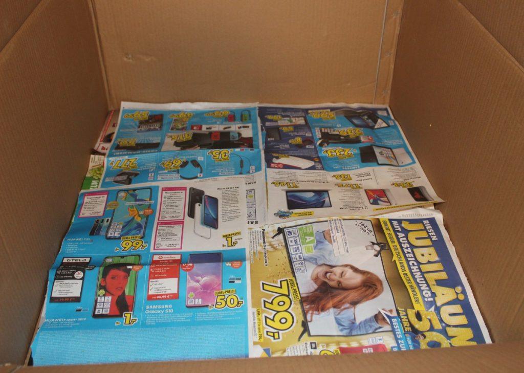 Boden des Kükenheims mit Zeitungen auslegen